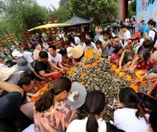 清明上河园万枚粽子送游客 引数千人分食场面火爆