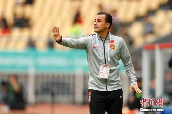 卡纳瓦罗在与乌兹别克斯坦队的比赛中向国足队员传递指令。 <a target=