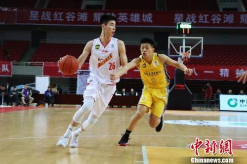 """资料图:在联赛中崭露头角的郭昊文成为首位""""00后""""男篮国手。刘占昆 摄"""