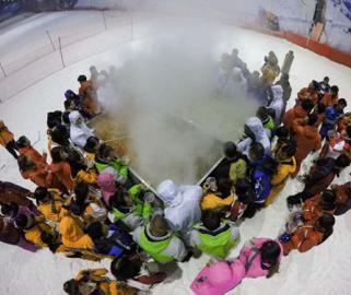 冰火两重天!三伏天百名员工聚餐穿棉衣冰天雪地吃3米大火锅啃西瓜
