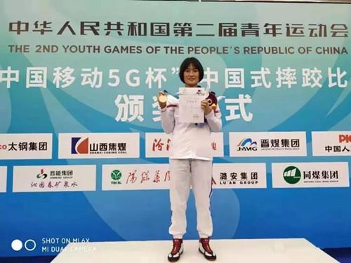 新蔡县女学生●贾静雯勇夺全国青运会摔跤冠军