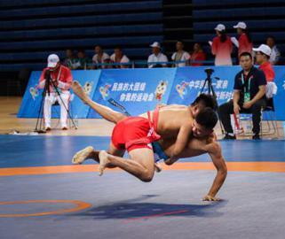 全国少数民族传统体育运动会摔跤比赛扣人心弦