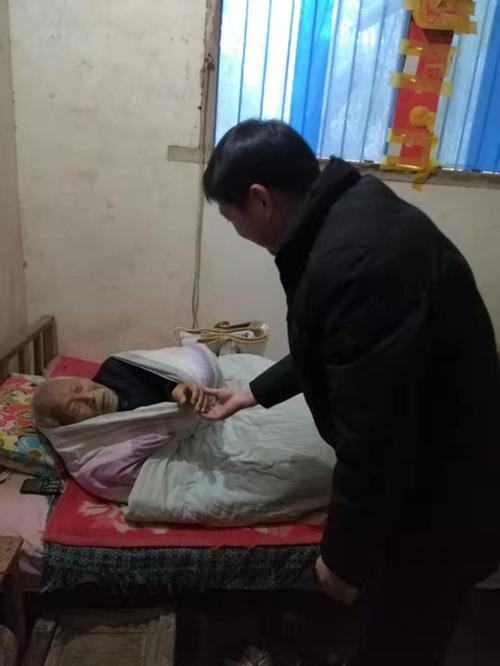 西峡县五里桥镇:一条电热毯,温暖贫困户一个冬天