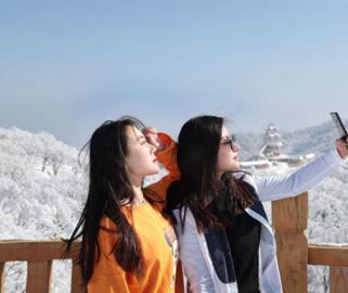 河南洛阳:伏牛山脊白雪皑皑银装素裹美似仙境