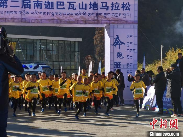 林芝广东实验学校的数十名孩子参加5公里迷你跑的赛事 唐贵江 摄