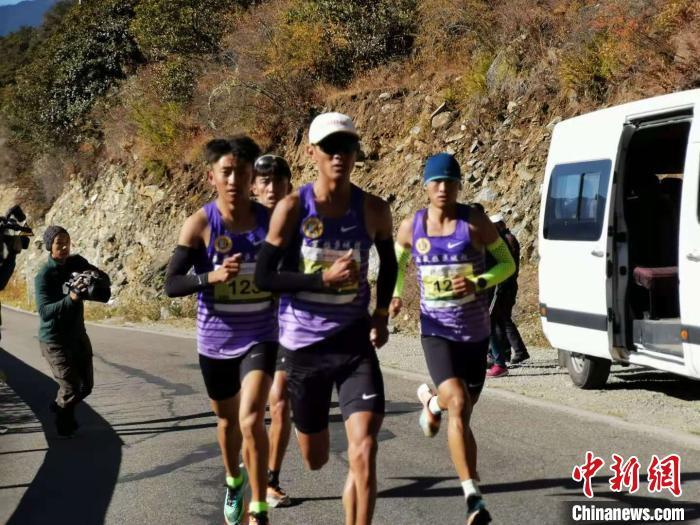 参加山地马拉松赛事的运动员们 唐贵江 摄