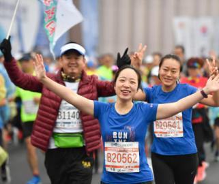 2020杭州梦想小镇半程马拉松鸣枪开跑