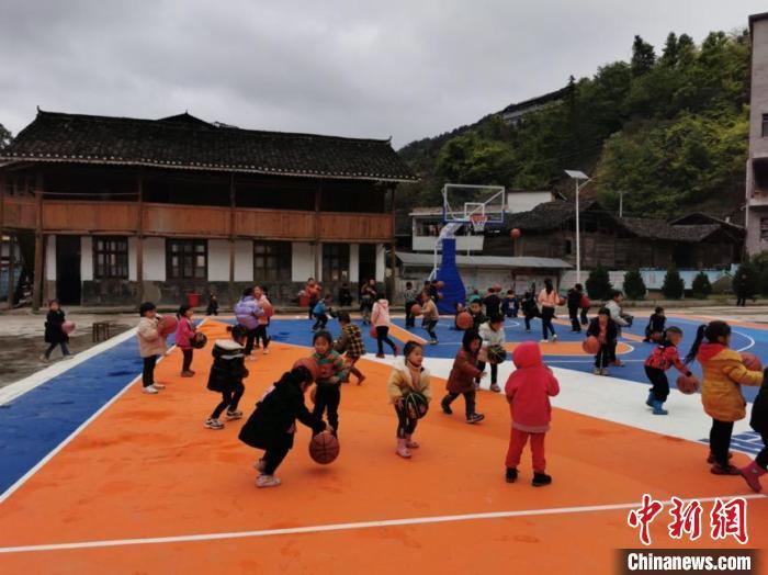 学生在篮球场上训练。乜洞小学供图