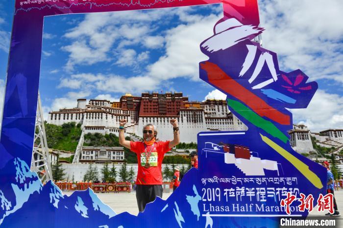 资料图为2019年8月18日,拉萨举行半程马拉松赛。 江飞波 摄