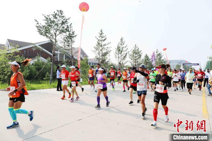 选手们在奔跑中享受中国最北的夏季清凉和生态美景。 邵天李 摄