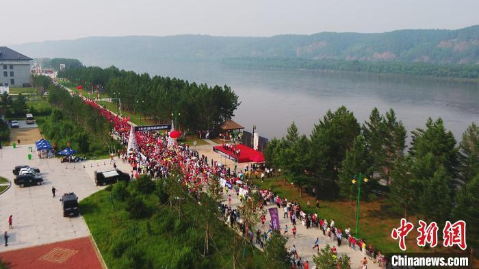 2021中国北极·漠河极昼马拉松在北极村鸣枪