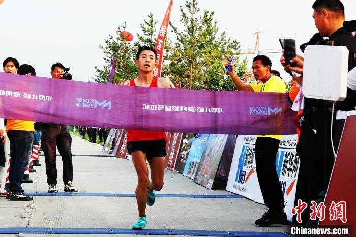 黑河市王喆以2小时35分33秒的成绩夺得男子全程冠军。 邵天李 摄