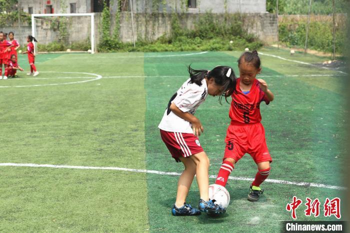 女足队员在进行对抗训练。 朱柳融 摄