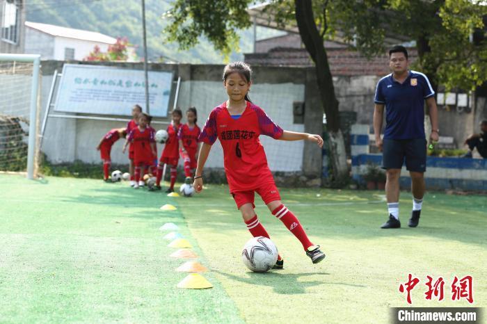 莲花屯女足队员在进行带球训练。 朱柳融 摄