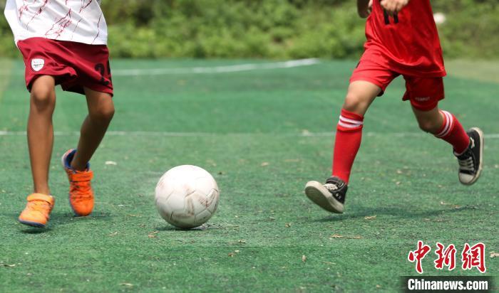 女足队员在进行训练。 朱柳融 摄
