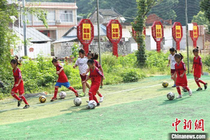 女足队员在进行带球训练。 朱柳融 摄