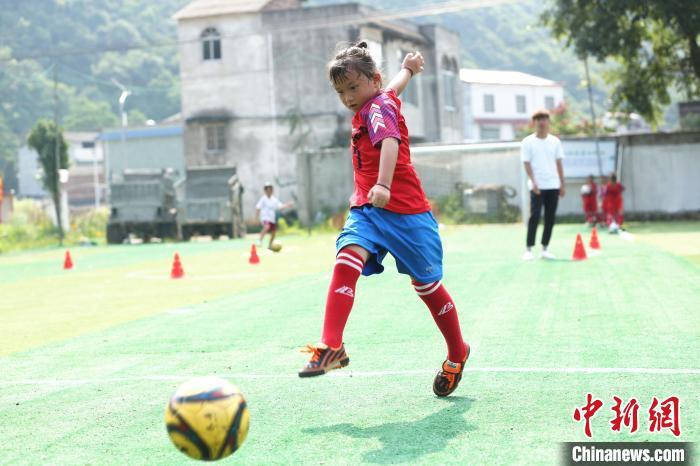 女足队员在进行射门训练。 朱柳融 摄