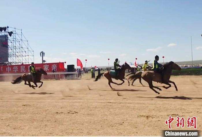 图为开幕式上的赛马表演。 内蒙古文旅厅供图